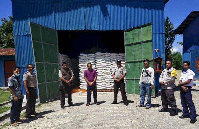 Kunjungi Bulog Sumba Barat, Kasat Binmas & KBO Kanit Binmas Pastikan Stok Beras selama Pandemi Corona