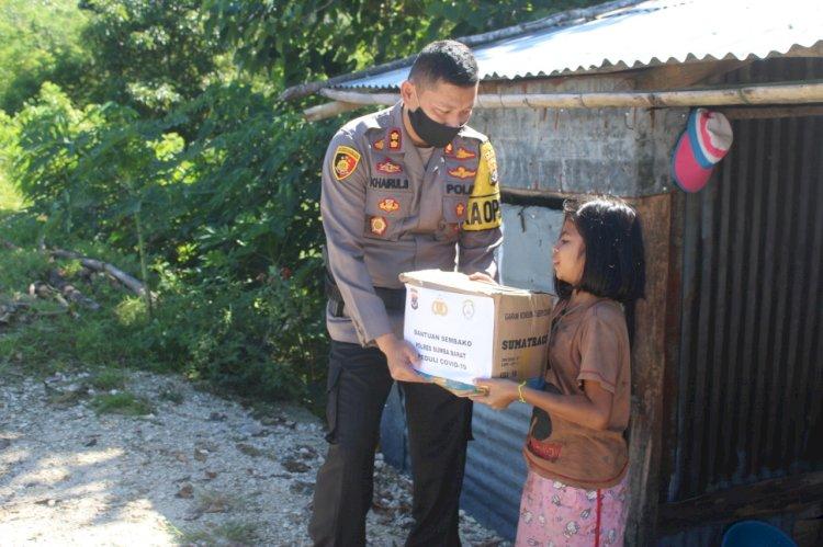 5 Paket Bantuan Sembako Dibagikan Kapolres Sumba Barat kepada Keluarga Tidak Mampu di Desa Lapale