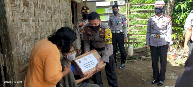 Jumat Berkah, Kapolres Sumba Barat Bagikan 50 Paket Sembako & 100 Masker bagi Masyarakat Terdampak Covid 19