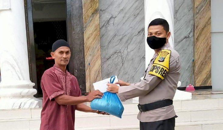 'Ngabuburit' di Tengah Pandemi Covid 19, Kapolres Sumba Barat Bagikan Bantuan Kepada Pengurus Masjid & Anak Yatim