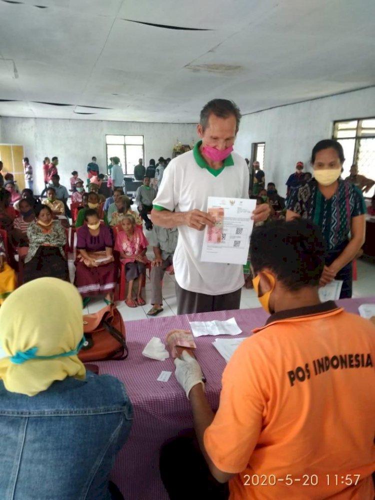 Pengamanan & Pengawalan Pembayaran BST bagi 266 KK Terdampak Covid 19 pada 9 Desa di Kecamatan Tana Righu