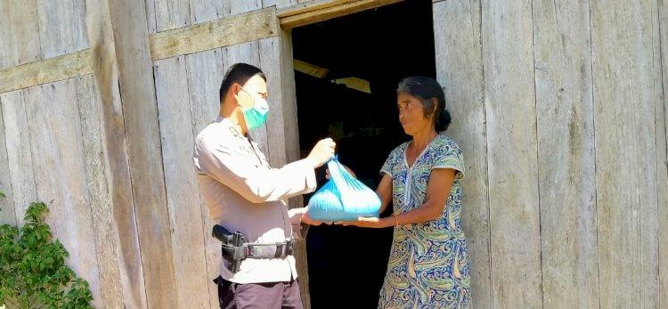 Bersama Wartawan Investigasi News Sumba Barat, Kapolres Bagikan Bantuan Kepada 12 KK Terdampak Covid 19