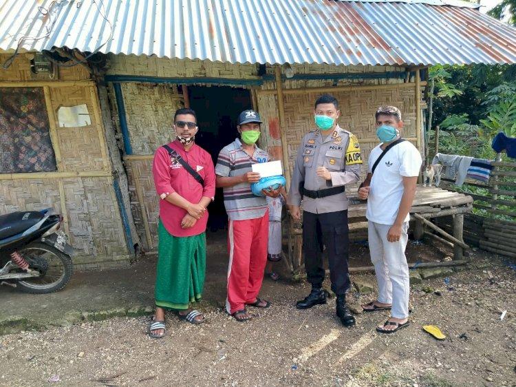 Bersama Pejuang Subuh Sumba Barat, Kapolres Bagikan Bantuan Kepada 11 KK Terdampak Covid 19