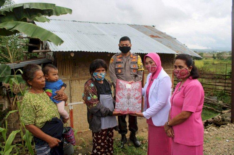 Paket Bantuan Kemanusiaan Ramah Perempuan & Anak Dibagikan Kapolres & Bhayangkari Cabang Sumba Barat