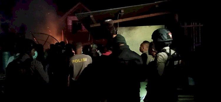 Tim Jaguar Bantu Padamkan Kebakaran Rumah Warga di Tengah Gelar Patroli