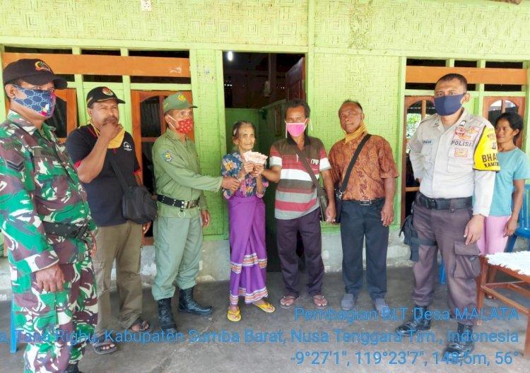 Bhabinkamtibmas Polsek Tana Righu Dampingi Pembagian BLTDD Di Desa Malata
