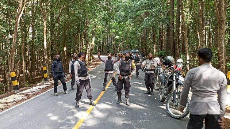 PATROLI JARAK JAUH | Usai Cek Senpi di Polsek Perbatasan, Kapolres & Rombongan Bagikan Bantuan Beras kepada 50 KK Terdampak Covid 19