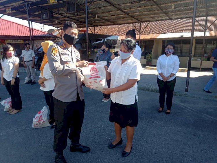 Hari Bhayangkara ke-74 | Kapolres Bagikan Bantuan Sembako Kepada Tenaga Non Polisi di Lingkungan Polres Sumba Barat