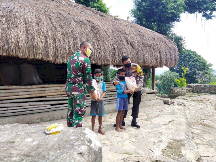 Hari Bhayangkara ke-74 | Kapolres & Dandim 1613 Sumba Barat Bagikan Bantuan Sembako Kepada 49 KK Terdampak Covid 19 di Kampung Adat Prai Ijing