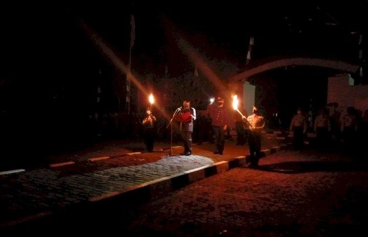 Malam Renungan Suci Di Makam Pahlawan Di Pimpin Kapolres Sumba Barat Selaku Inspektur Upacara