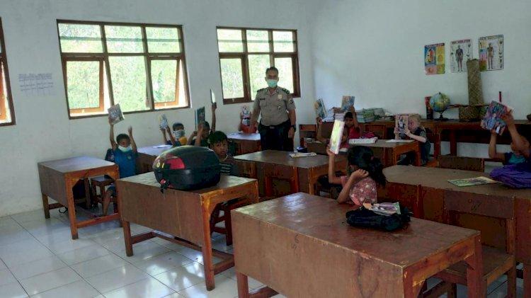 'Sambang Literasi', Aipda Burhan Bagikan 29 Paket Buku & Alat Tulis Kepada 29 Anak SD Paralel Natarakade