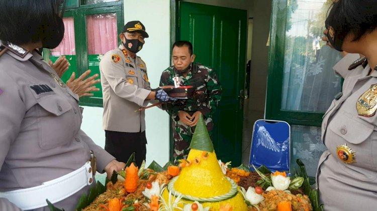 Surprise 'Serangan Fajar' Kapolres Sumba Barat untuk Dandim 1613 Sumba Barat di HUT TNI yang ke 75