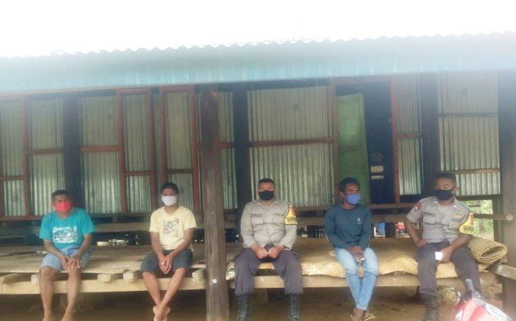 2 Bhabinkamtibmas Polsek URG Sambang Warga Beri Himbauan Kamtibmas Dan Cegah Penyebaran Covid-19