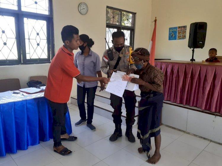 Bhabinkamtibmas Polsek Wanukaka Memantau langsung Pembagian Bantuan Langsung Tunai Dana Desa Tahap IV