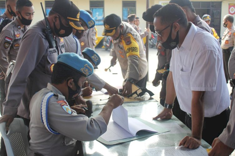 AKBP FX Irwan Arianto, S.I.K., M.H. Periksa Senpi 95 Personel Polres Sumba Barat
