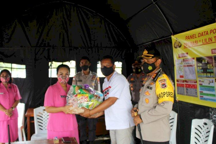 Kapolres Bersama Ketua Bhayangkari Bagikan Parcel & Masker Kepada Petugas di 3 Pos Pengamanan Natal & Tahun Baru