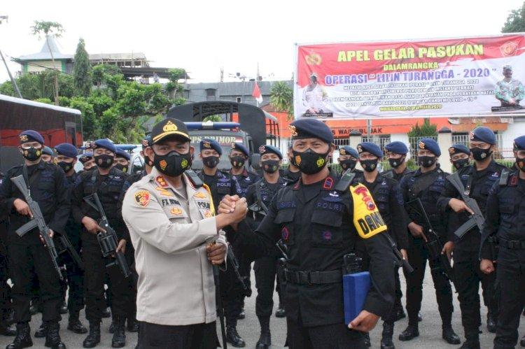 Pimpin Upacara Pelepasan Pasukan BKO Brimob Nusantara & Brimob SBD, Kapolres Sumba Barat Berikan Cinderamata