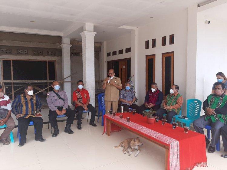 Polsek Lamboya Lakukan Pengamanan Penyerahan Bantuan Kementrian Oleh Bupati Sumba Barat Kepada Warga Kampung Deke