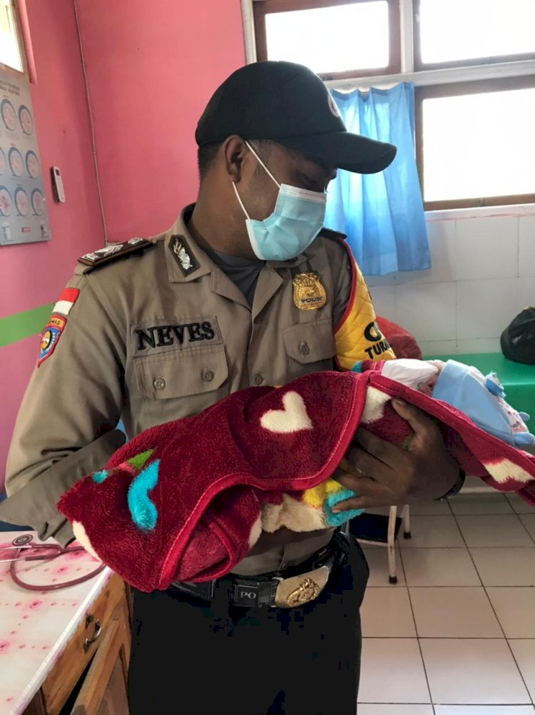 Aksi Heroik Bhabinkamtibmas Polres TTU Bantu Persalinan Seorang Ibu di Mobil Dinas Sat Binmas