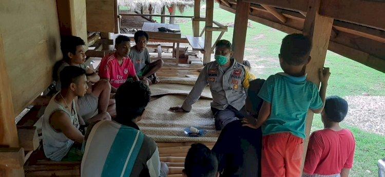 Antisipasi Penyebaran Covid 19 - Selain Taati Prokes, Bhabinkamtibmas Ingatkan Warga Menjaga Kebersihan Lingkungan