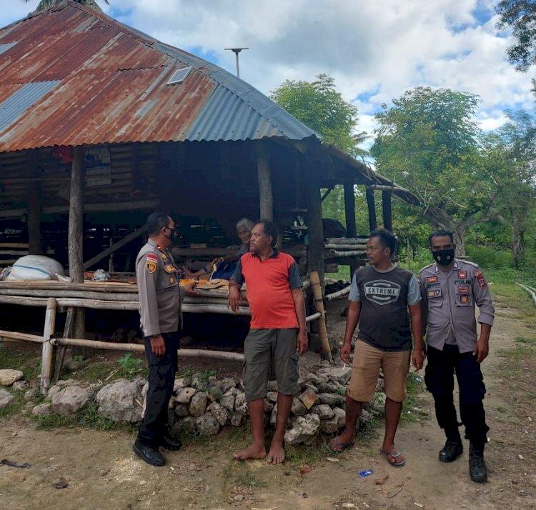 Pererat Silaturahmi Kapolsek Lamboya Dan Bhabinkamtibmas Datang Ke Rumah Warga