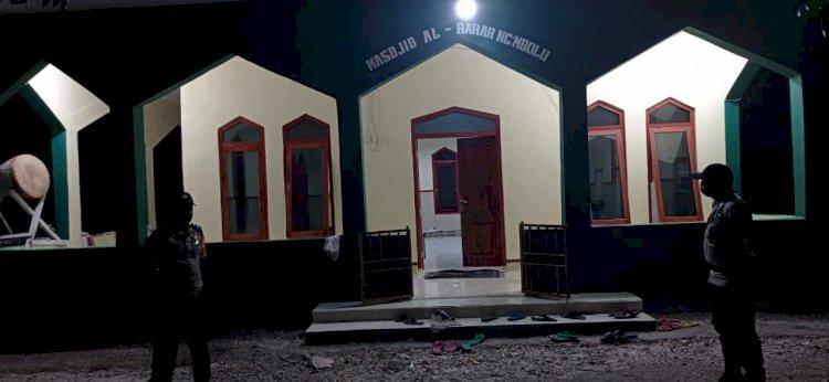 Jamin Keamanan Dan Kenyamanan Saat Sholat Tarawih, Anggota Polsek Umbu Ratunggay Lakukan Pengamanan Di Masjid Al-Bahar, Desa Ngadu Mbolu