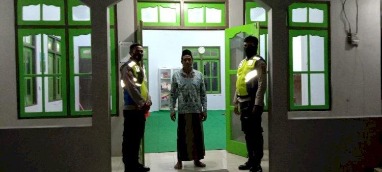 Bripka Melianus Dan Bripka Yohanes Laksanakan Pengamanan Sholat Tarawih Di Masjid Nahrul Firdaus Agar Jamaah Khusyuk Dalam Beribadah