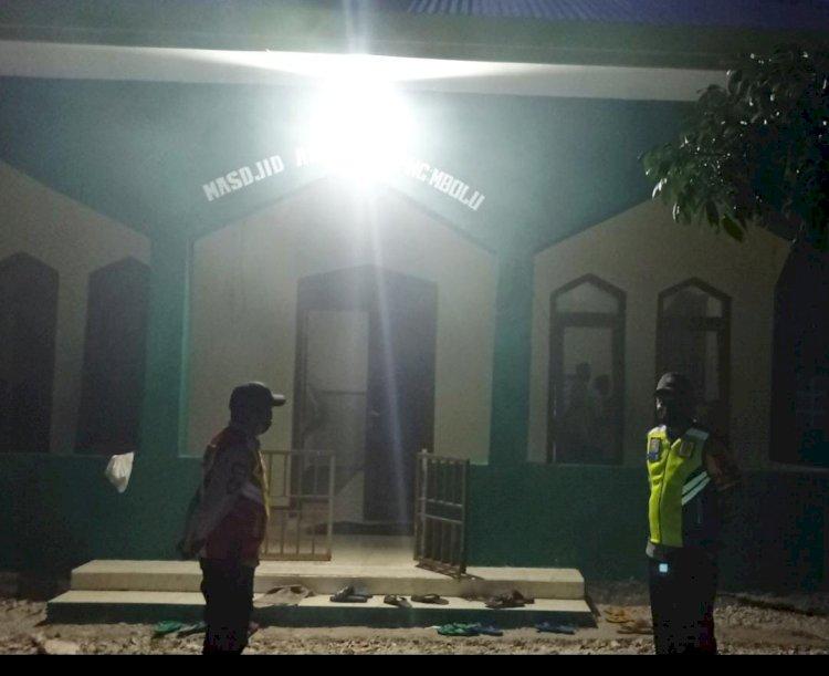Warga Melaksanakan Sholat Tarawih Anggota Polsek Umbu Ratu Nggay Lakukan Pengamanan Di Masjid