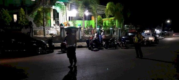 Menjamin Keamanan Warga Saat Sholat Tarawih, Polsek Katikutana Lakukan Pengamanan Disekitar Masjid