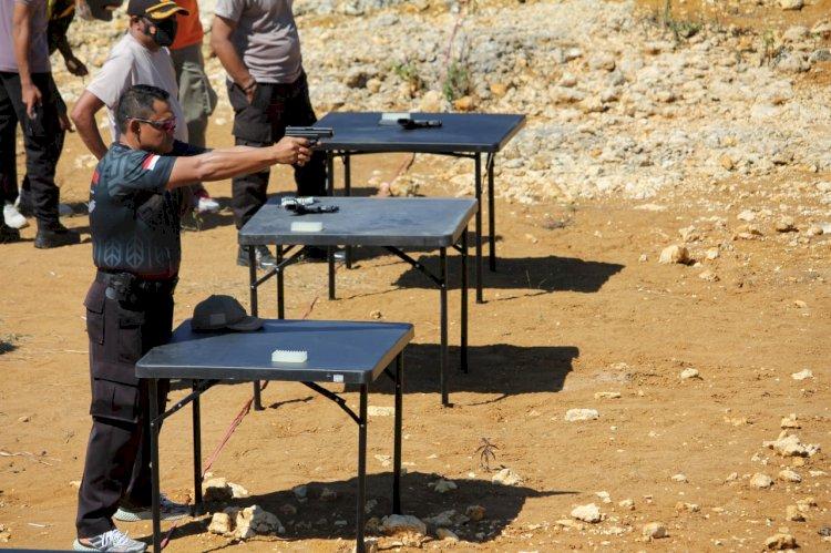 Asah Kemampuan Personil, Kapolres Sumba Barat Memimpin Langsung Latihan Menembak