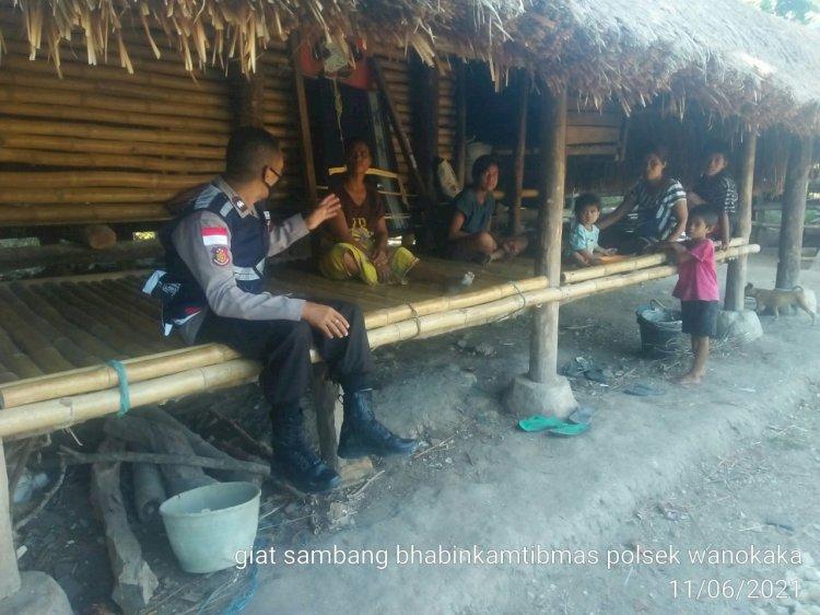 Cegah Penyebaran Covid-19, Bhabinkamtibmas Polsek Wanukaka Berikan Imbauan Prokes Di Desa Katikuloku
