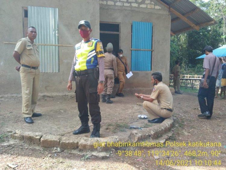Bhabinkamtibmas Bersama Aparat Desa Lakukan Monitoring Pembangunan Rumah Bantuan Dana Desa