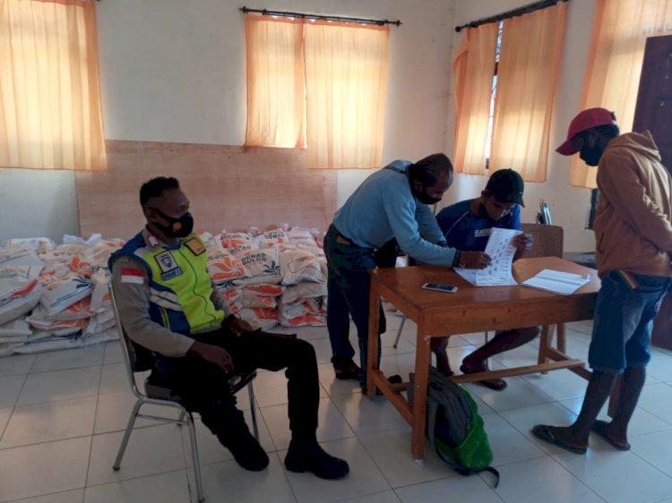 Bahbinkamtibmas Polsek Wanokaka Lakukan Monitoring Pembagian Beras Bantuan Dari Kementerian Sosial