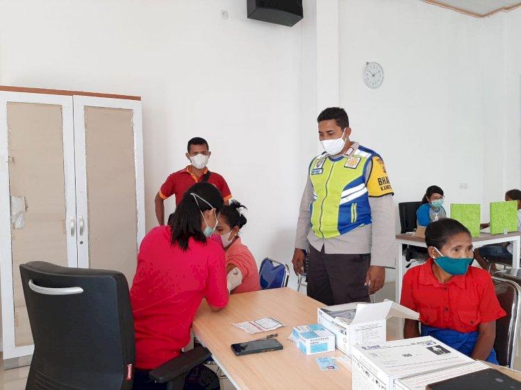 Jamin Kelancaran Vaksinasi, Bhabinkamtibmas Lakukan Pengamanan di Puskesmas