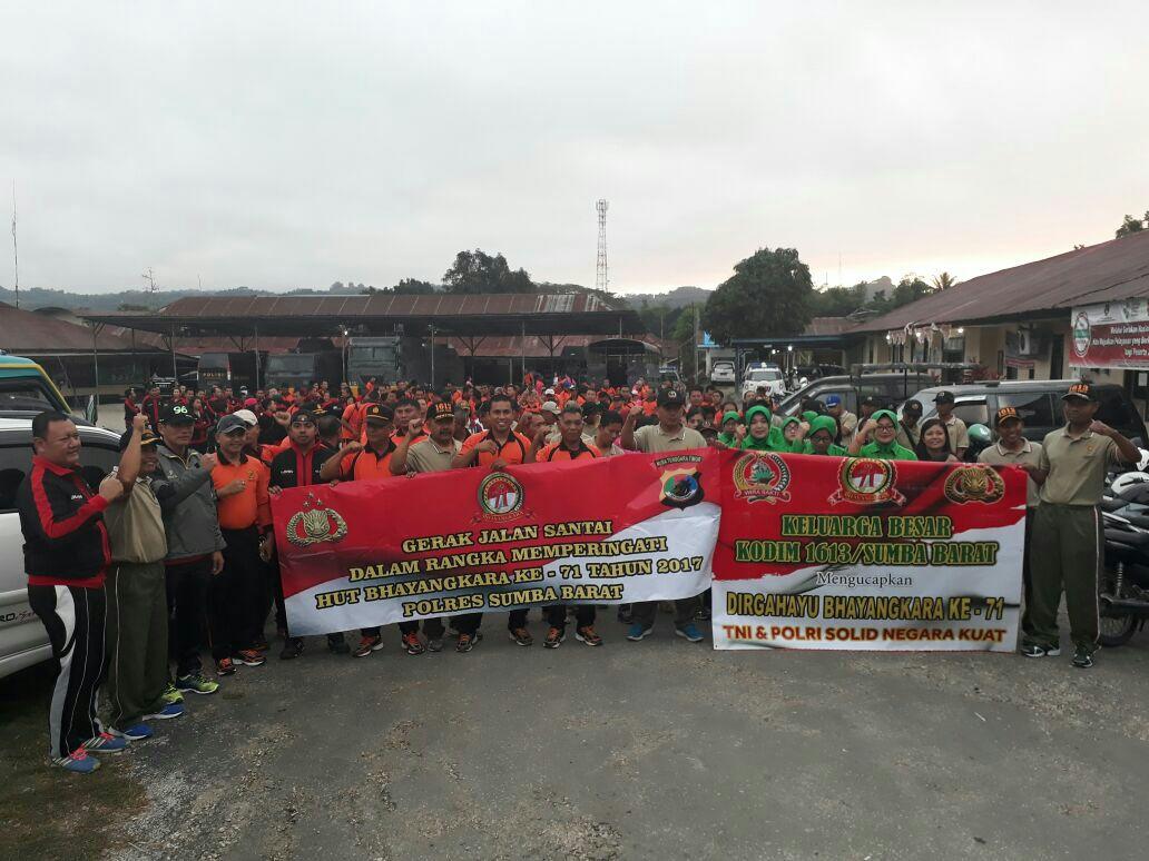 Peringatan HUT Bhayangkara ke - 71 Jajaran Polres Sumba Barat melalui Gerak Jalan Santai