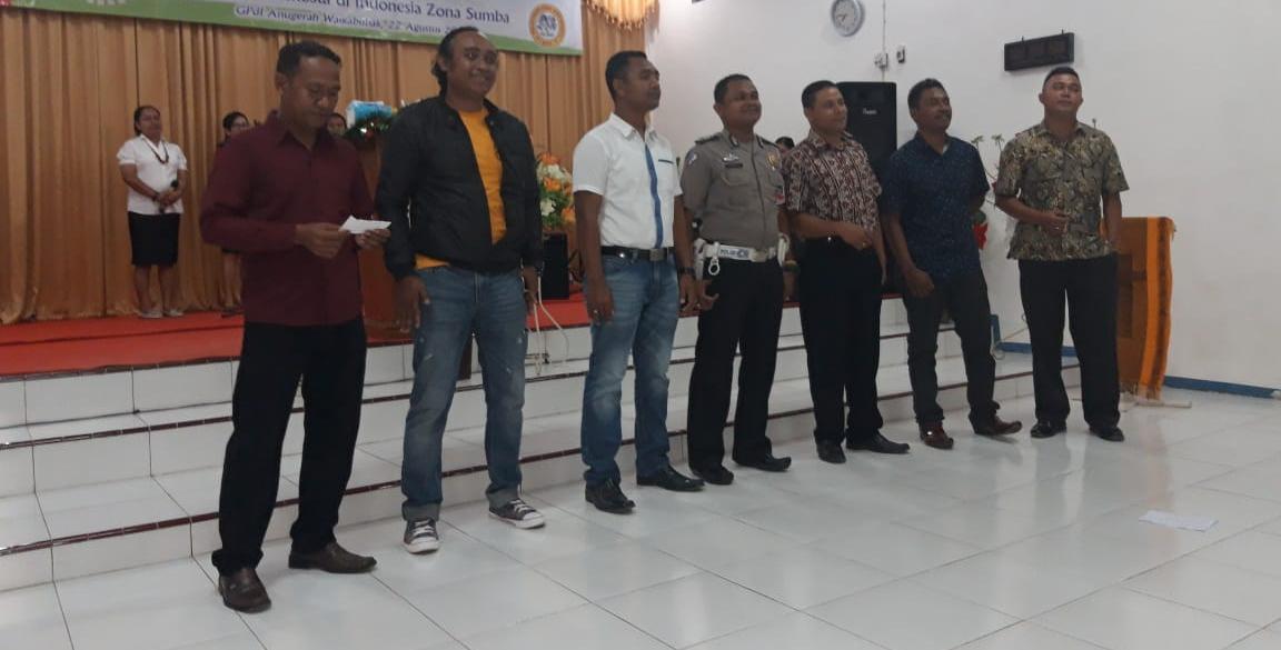 Bentuk Ucapan Syukur, Personil Polres Sumba Barat Membawakan Puji - Pujian di GPDI