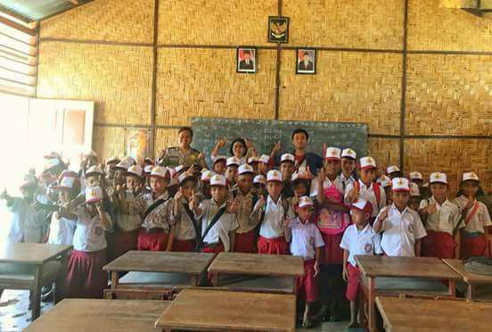 Bripka Burhan Dengan Program nya 100 Topi Untuk Anak SD