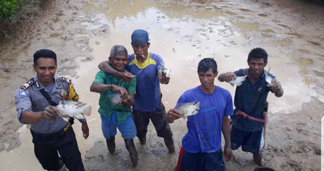 Ekspresi Kegembiraan Brigpol Orlando & Warga Desa Uburaya Saat Panen Ikan