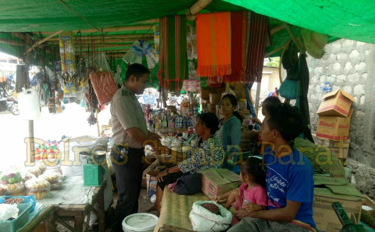 Hadir di Pasar, Bhabinkamtibmas Mengimbau Warga Membersihkan Sampah Untuk Antisipasi DBD
