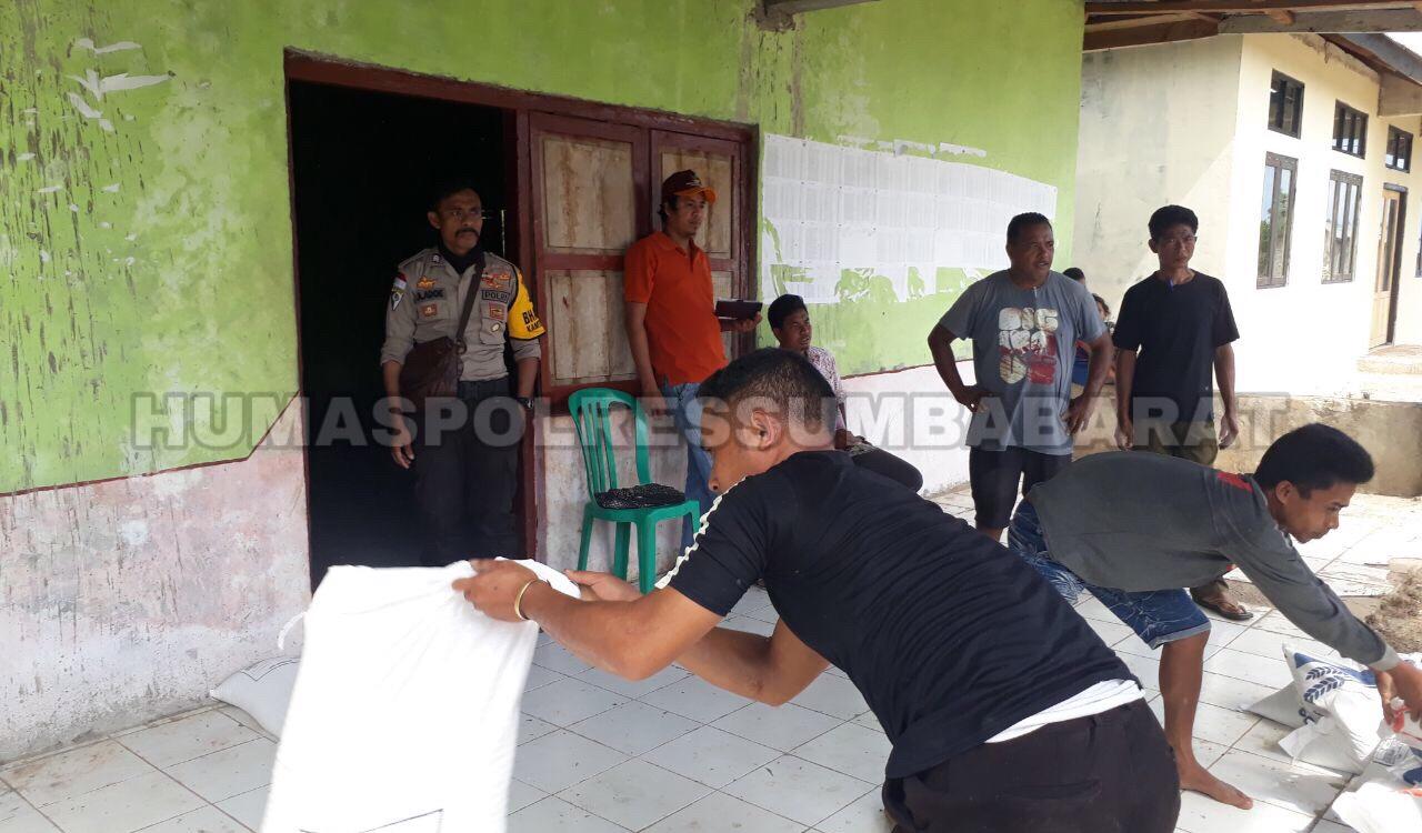 Brigpol Frengky Kawal Proses Distribusi Bansos 'Rastra' untuk 460 KK