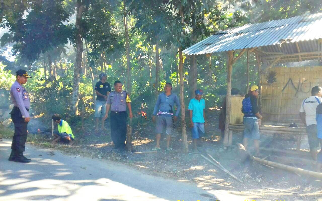 Peduli Lingkungan Kapolsek Loura dan Bhabinkamtibmas Kerja Bakti Bersama Masyarakat
