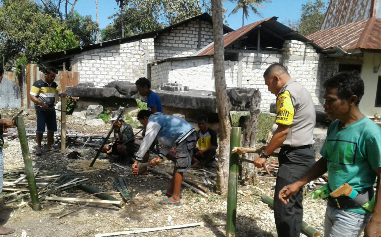 Gotong Royong Bersama Warga, Bhabikamtibmas Polsek Loli Perbaiki Pagar Kantor Desa