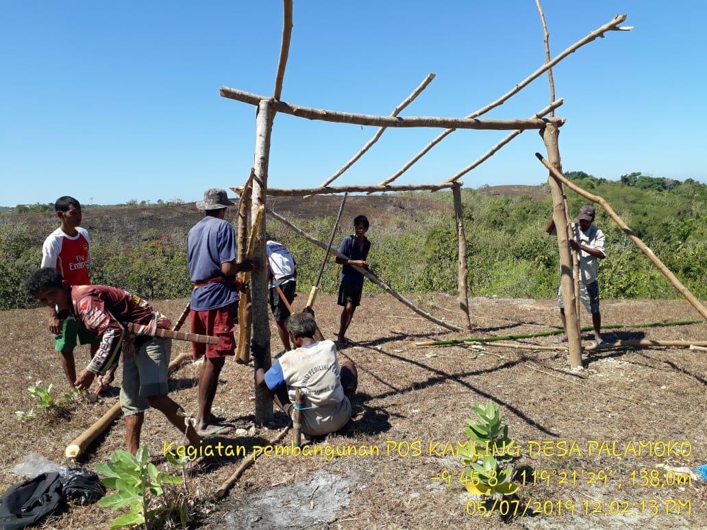Ciptakan Lingkungan Aman & Nyaman, Brigpol Siprianus Bangun Pos Kamling di Desa Palamoko