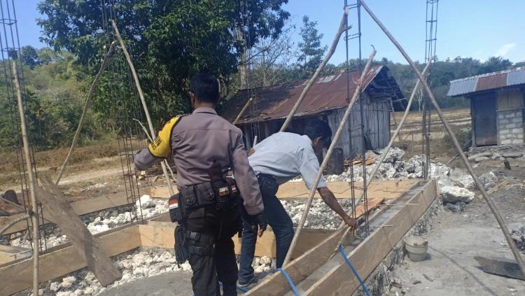 Ini yang di Lakukan Brigpol Andreas Saat Pantau Pembangunan Rumah Mandiri & Rumah Sehat...