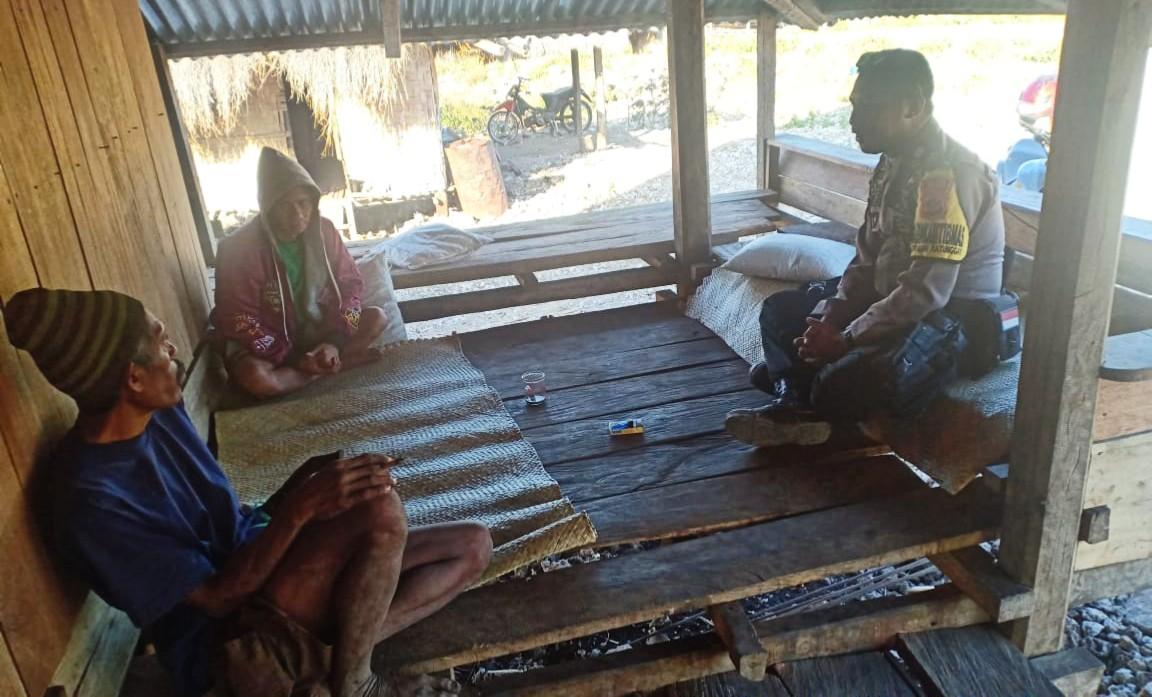 Jalin Tali Silaturahmi Dengan Warga Bhabinkamtibmas Polsek URG Sambang Warga