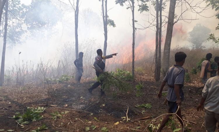 Bersama Warga Desa, Brigpol Orlando Berhasil Hadang Kobaran Api yang Hendak Masuk ke Pemukiman Penduduk