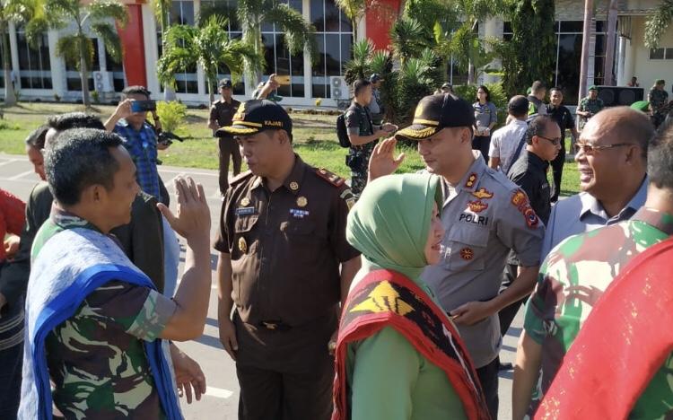 Kapolres Sumba Barat Ikut Serta dalam Penyambutan Kepala Staf TNI Angkatan Darat di Bandara Tambolaka