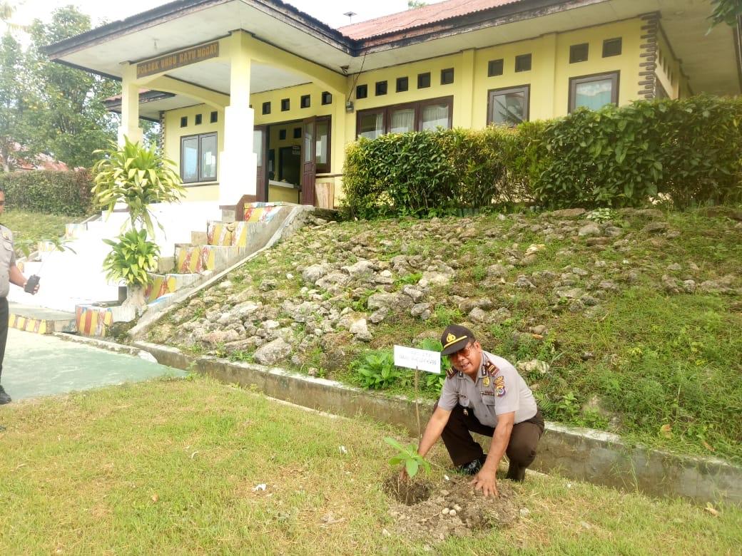 Polri Peduli Penghijauan   'Penanaman Serentak', Polsek URG Tanam Pohon Langaha dan Hindiwai
