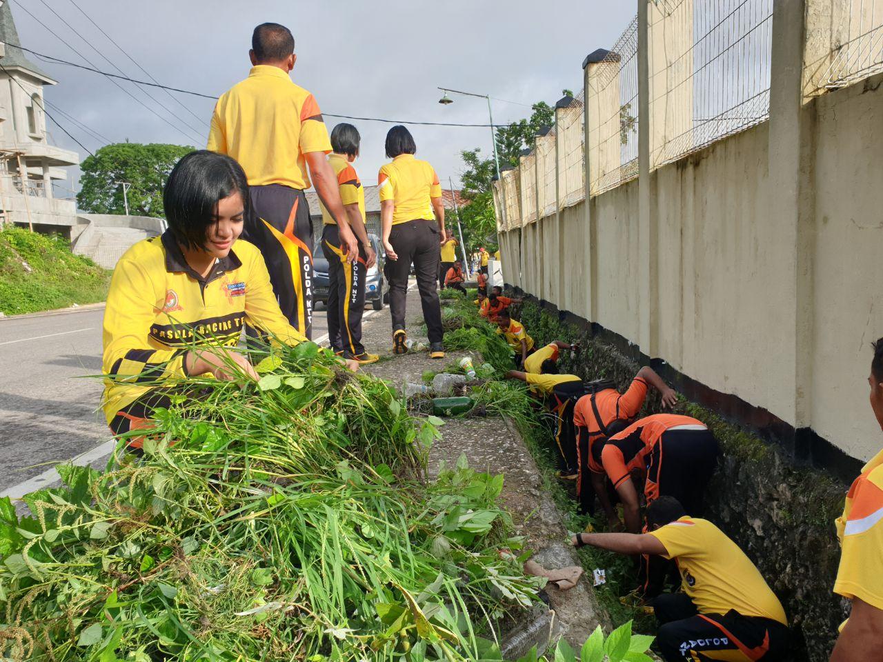 Jaga Kebersihan Lingkungan, Polres Sumba Barat Lakukan Curve Bersama