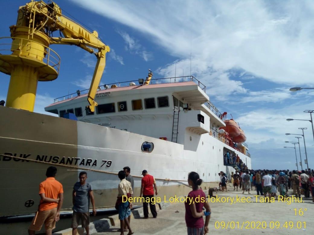 Ditinjau Bupati Sumba Barat, Bhabinkamtibmas Tana Righu Hadiri Uji Coba Berlabuh KM Sabuk Nusantara 79 di Pelabuhan Binanatu